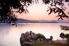 Τροπικό ηλιοβασίλεμα στην παραλία Στοκ Εικόνες