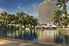 Τροπικό θέρετρο ξενοδοχείων με την πισίνα μια ηλιόλουστη ημέρα στοκ φωτογραφίες