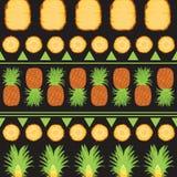 Τροπικό θερινό άνευ ραφής σχέδιο των ανανάδων και των φετών πέρα από το μαύρο υπόβαθρο με τα πράσινα γεωμετρικά στοιχεία Στοκ εικόνες με δικαίωμα ελεύθερης χρήσης