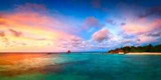 Τροπικό νησί Μαλδίβες Eriyadu θάλασσας τοπίων αυγής πανοράματος Στοκ φωτογραφία με δικαίωμα ελεύθερης χρήσης