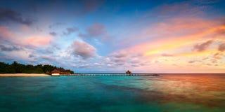 Τροπικό νησί Μαλδίβες θάλασσας τοπίων αυγής πανοράματος Στοκ Φωτογραφία