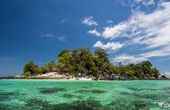 Τροπικό νησί με το σαφείς νερό και το μπλε ουρανό στοκ εικόνες με δικαίωμα ελεύθερης χρήσης