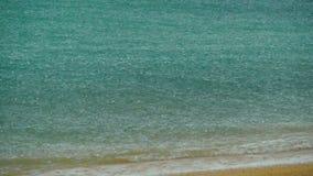 Τροπικό ντους κατά τη διάρκεια των ροών περιόδου βροχών στη θάλασσα που αναπηδά από την επιφάνεια απόθεμα βίντεο