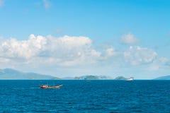 Τροπικό τοπίο θάλασσας με τη ναυσιπλοΐα βαρκών Στοκ Εικόνα