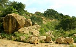 Τροπικό τοπίο λόφων του sittanavasal ναού σπηλιών σύνθετου στοκ φωτογραφία
