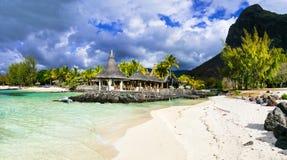 Τροπικό χαλαρώνοντας τοπίο - άνετος μικρός φραγμός παραλιών Isla του Μαυρίκιου στοκ εικόνες