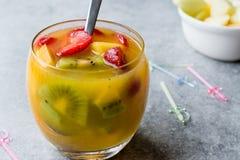 Τροπικό Sangria κοκτέιλ με το άσπρο κρασί, το χυμό ανανά, τις φράουλες, το ακτινίδιο, το μάγκο και τη Apple Στοκ Εικόνα
