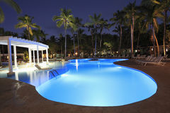 Τροπικό swimming-pool πολυτέλειας που φωτίζεται τη νύχτα Στοκ Εικόνες