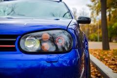 Τροποποιημένοι ξένο προβολείς του μπλε σύγχρονου αυτοκινήτου Σταθμευμένος στην οδό στοκ φωτογραφίες