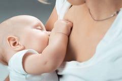 Τροφές μωρών με τα στήθη MOM Στοκ Εικόνα