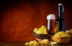 Τροφές χωρίς θρεπτική αξία και μπύρα με το αντίγραφο-διάστημα Στοκ Εικόνες
