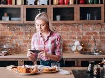 Τροφίμων blogging γυναικών ζύμες κέικ χόμπι σπιτικές στοκ φωτογραφίες