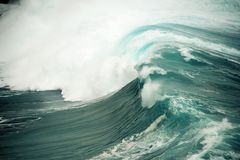 Τροφοδοτημένο ωκεανός σπάζοντας κύμα στη Χαβάη Στοκ Εικόνες