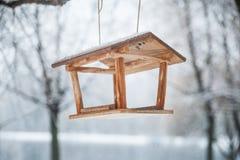 Τροφοδότης για τα πουλιά στο χειμερινό δάσος Στοκ Φωτογραφίες