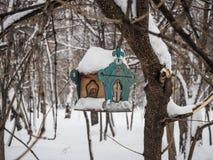 Τροφοδότης πουλιών σε ένα δέντρο κάτω από το πρόσφατα πεσμένο χιόνι στο Novosibirsk, Ρωσία στοκ φωτογραφία