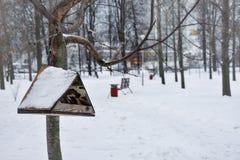 Τροφοδότης πουλιών στοκ εικόνα με δικαίωμα ελεύθερης χρήσης