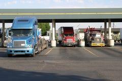 τροφοδότηση με καύσιμα του truck στάσεων Στοκ Εικόνα