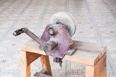 Τροφοδοτημένη χέρι αλέθοντας μηχανή για τον κατασκευαστή κοσμήματος, συγκεκριμένο εργαλείο Στοκ Φωτογραφίες
