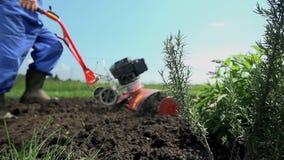Τροφοδοτημένο άροτρο καλλιεργητών το έδαφος στο σε αργή κίνηση πυροβολισμό γερανών απόθεμα βίντεο