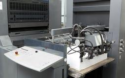 Τροφοδότης φύλλων λεπτομέρειας για τη μηχανή εκτύπωσης όφσετ στοκ φωτογραφία