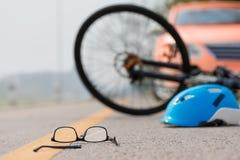 Τροχαίο ατύχημα ατυχήματος με το ποδήλατο στο δρόμο επειδή μεθυσμένη οδήγηση στοκ φωτογραφίες με δικαίωμα ελεύθερης χρήσης