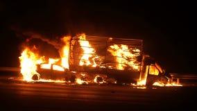 Τροχαίο ατύχημα, αυτοκίνητα στην πυρκαγιά στο δρόμο, έκρηξη απόθεμα βίντεο