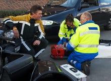 τροχαίο ατύχημα βοήθειας Στοκ εικόνα με δικαίωμα ελεύθερης χρήσης