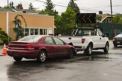 Τροχαίο ατύχημα που περιλαμβάνει το επιβατικό αυτοκίνητο και το φορτηγό σημάτων Στοκ εικόνα με δικαίωμα ελεύθερης χρήσης