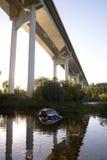 Τροχαίο ατύχημα στη λίμνη νερού, γέφυρα εθνικών οδών Στοκ Εικόνες