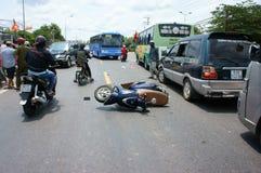 Τροχαίο ατύχημα, συντριφθε'ν αυτοκίνητο, μοτοσικλέτα Στοκ Φωτογραφίες
