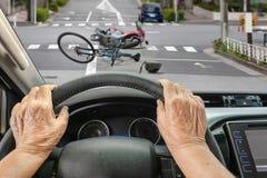 Τροχαίο με τον οδηγό ατόμων τρίτης ηλικίας στην πόλη στοκ φωτογραφίες