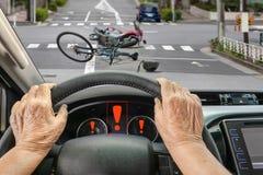 Τροχαίο με τον οδηγό ατόμων τρίτης ηλικίας στην πόλη στοκ εικόνες