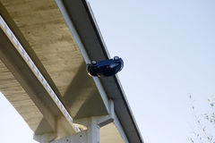 Τροχαίο, που μειώνεται από μια γέφυρα, μυθιστοριογραφία, πραγματικότητα Στοκ εικόνες με δικαίωμα ελεύθερης χρήσης
