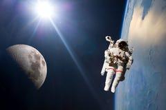 Τροχιά πλανήτη Γη και φεγγαριών με το σκάφος και stronaut Στοιχεία αυτής της εικόνας που εφοδιάζεται από τη NASA φ στοκ φωτογραφία με δικαίωμα ελεύθερης χρήσης