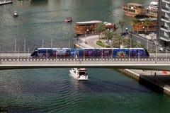 Τροχιοδρομική γραμμή μαρινών του Ντουμπάι που διασχίζει μια από την πολυάριθμη γέφυρα στην περιοχή στοκ εικόνες με δικαίωμα ελεύθερης χρήσης