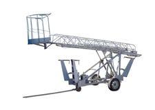 Τροχοφόρος αρθρωμένος ανελκυστήρας βραχιόνων με το βραχίονα και το καλάθι δικτυωτού πλέγματος στοκ εικόνα με δικαίωμα ελεύθερης χρήσης