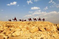 Τροχόσπιτο καμηλών στην έρημο Negev, EN εθνικό πάρκο Avdat Στοκ φωτογραφία με δικαίωμα ελεύθερης χρήσης