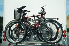 Τροχόσπιτο με τα ποδήλατα για ολόκληρη την οικογένεια Στοκ φωτογραφία με δικαίωμα ελεύθερης χρήσης
