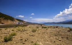 Τροχόσπιτο μόνο στο τοπίο λιμνών στην Αλβανία Στοκ φωτογραφία με δικαίωμα ελεύθερης χρήσης