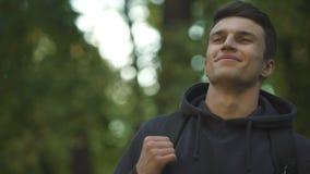 Τροχόσπιτο που απολαμβάνει το καθαρό αέρα στο δάσος, αναπνέοντας το βαθύ, αναμενόμενο για καιρό ταξίδι, οικολογία απόθεμα βίντεο