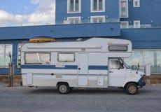 Τροχόσπιτο που σταθμεύουν κοντά στην παραλία Στοκ φωτογραφία με δικαίωμα ελεύθερης χρήσης