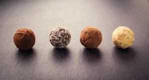 Τρούφα σοκολάτας, καραμέλες σοκολάτας τρουφών με τη σκόνη κακάου CH Στοκ Εικόνα
