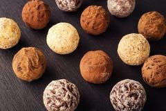 Τρούφα σοκολάτας, καραμέλες σοκολάτας τρουφών με τη σκόνη κακάου CH Στοκ εικόνα με δικαίωμα ελεύθερης χρήσης