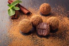 Τρούφα σοκολάτας, καραμέλες σοκολάτας τρουφών με τη σκόνη κακάου Ho Στοκ Φωτογραφίες