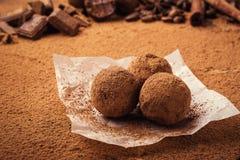 Τρούφα σοκολάτας, καραμέλες σοκολάτας τρουφών με τη σκόνη κακάου Ho Στοκ Εικόνες