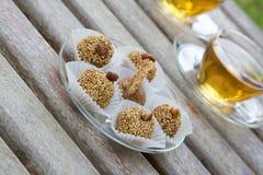 Τρούφες διατροφής με τους ξηρούς καρπούς ΚΑΙ το NUTS Στοκ φωτογραφία με δικαίωμα ελεύθερης χρήσης