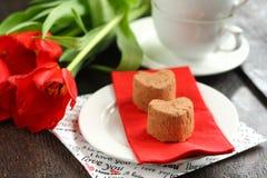 Τρούφες κέικ με τις κόκκινες τουλίπες Στοκ Εικόνες