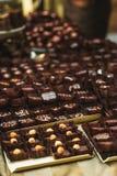 Τρούφες σοκολάτας στην επίδειξη στοκ φωτογραφίες