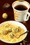 Τρούφες σοκολάτας νιφάδων καλαμποκιού στοκ εικόνες