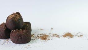 Τρούφες σοκολάτας που απομονώνονται στο άσπρο υπόβαθρο φιλμ μικρού μήκους